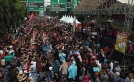 Ribuan Warga Cirebon Pecahkan Rekor ORI Makan Nasi Lengko Terbanyak