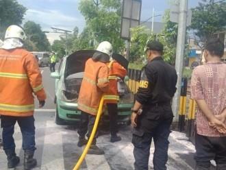 Mobil Sedan Terbakar di Simpang Tiga Taman Pelang, Lalin Sempat Macet