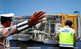 Truk Tangki Pengangkut BBM Terguling di Pacitan Diduga Sopir Ngantuk