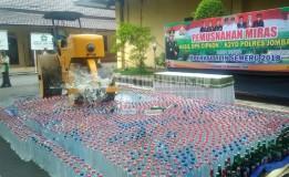 Pemusnahan Ribuan Botol Miras Digelar di Mapolres Jombang Jelang Nataru