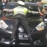 Hadang Mobil Pelanggar Lampu Merah, Polisi Sampai Melekat Di Kap Mobil